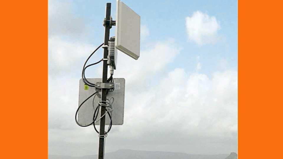केशवनगर ते सांघवी दरम्यान इंटरनेट वहनासाठी घरावर बसविलेला वाय-बॅक अँटिना.