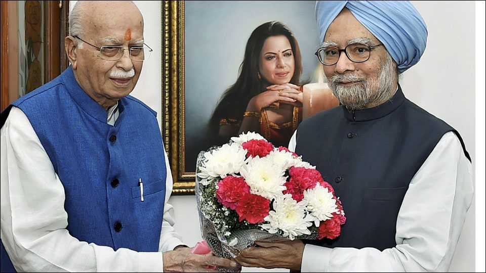 नवी दिल्ली ः भाजपचे ज्येष्ठ नेते लालकृष्ण अडवानी यांचा 90वा वाढदिवस बुधवारी साजरा करण्यात आला. माजी पंतप्रधान मनमोहनसिंग यांनी त्यांच्या निवासस्थानी जाऊन शुभेच्छा दिल्या.