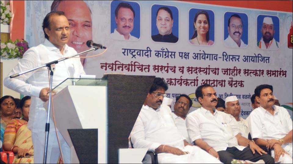 मंचर (ता. आंबेगाव) : राष्ट्रवादी काँग्रेस कार्यकर्त्यांच्या मेळाव्यात बोलताना माजी उपमुख्यमंत्री अजित पवार.