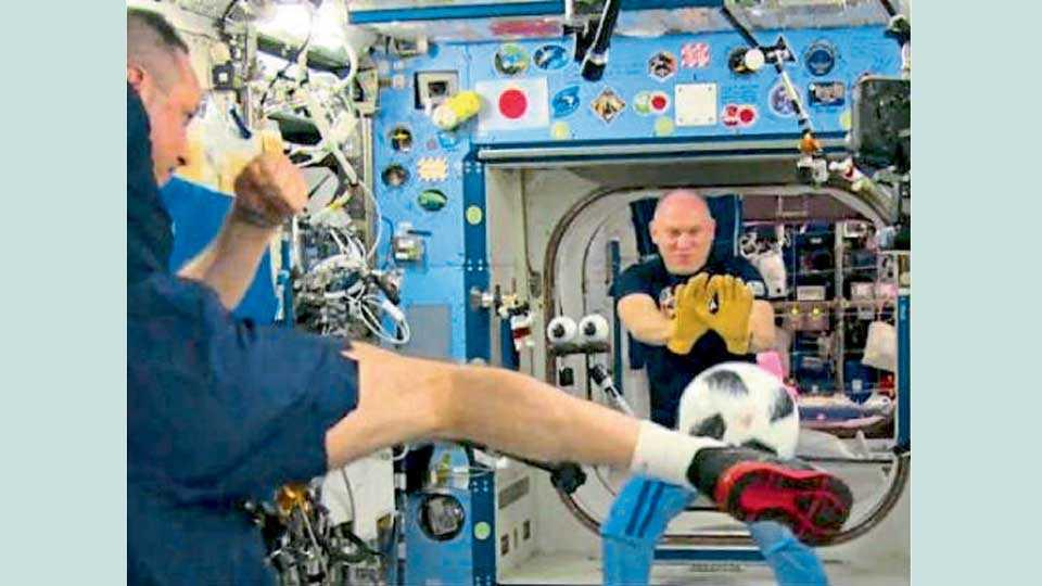 अंतराळात सहकाऱ्यासह फुटबॉल खेळताना श्काप्लेरोव (समोरील)  (छायाचित्र सौजन्य ट्विटर)
