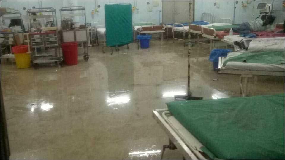 अंबाजोगाईच्या वैद्यकीय महाविद्यालय रुग्णालयाच्या अपघात विभागात पाणी
