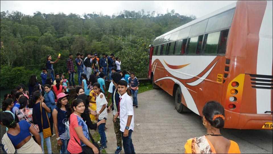 भंडारदराः देवगिरी कॉलेजचे 70 विद्यार्थी थोडक्यात बचावले
