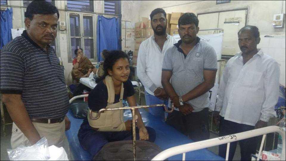 फोटो ओळ मुंबईः सायन येथील लोकमान्य टिळक रूग्णालयात उपचार घेत असलेली निगाव दुडे (ता. शिरूर) येथील चित्राली पानगे.