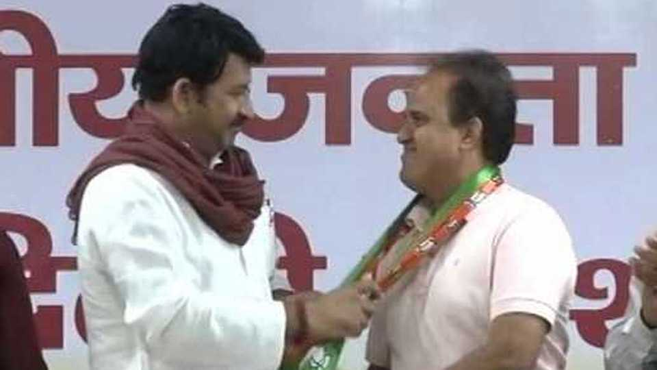 Delhi: AAP MLA Ved Prakash joins BJP, to resign from assembly