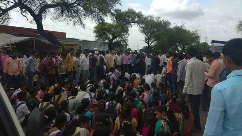 Student and Prahar unions agitation for road