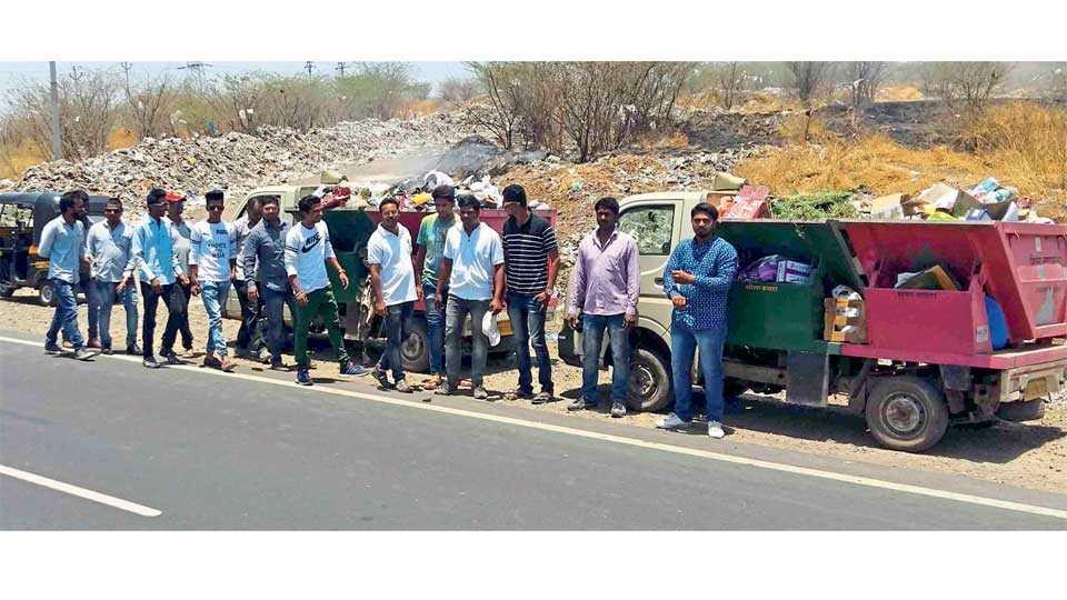 शिरूर बायपास - संतप्त तरुणांनी सोमवारी रोखलेली कचरा घेऊन येणारी वाहने.
