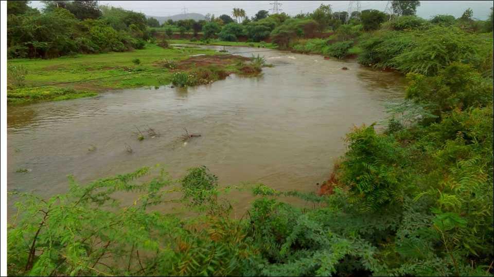 दक्षिण मांड नदी तब्बल दहा महिन्यानंतर पुन्हा वाहू लागली आहे.