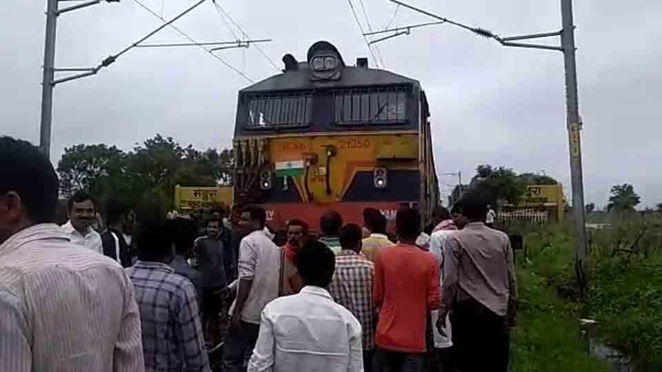 Nagpurs Bhusawal Passenger stopped at Mandwara Railway Station By Students
