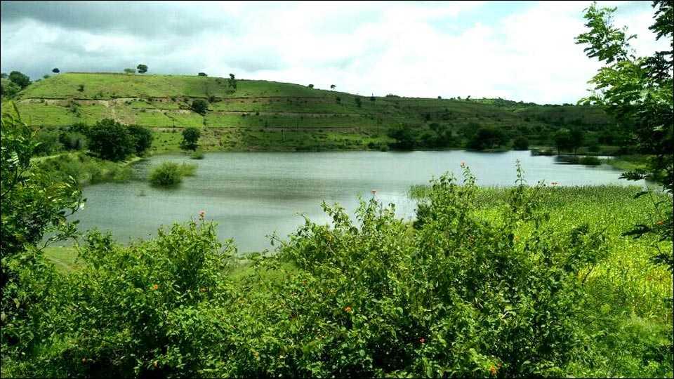 टाकळी ढोकेश्वर (ता. पारनेर) जलसंधारण व आदर्श गाव योजनेतील झालेल्या कामांमुळे येथील बंधारे व तलाव पुर्णक्षमतेने भरले आहेत. (छायाचित्र: सनी सोनावळे)