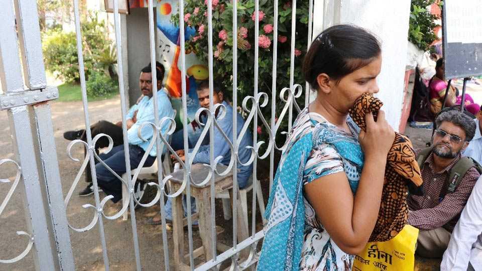 नागपुरातील भारतीय विद्या भवन शाळा केंद्रावर नीट परीक्षेला उशिरा आल्यामुळे प्रवेश नाकारल्याने उदास झालेली विद्यार्थिनी (प्रतिक बारसागडे - सकाळ छायाचित्रसेवा)