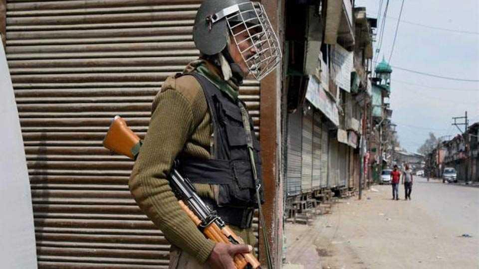 Militants snatch five-SLR rifles from cops in Shopian
