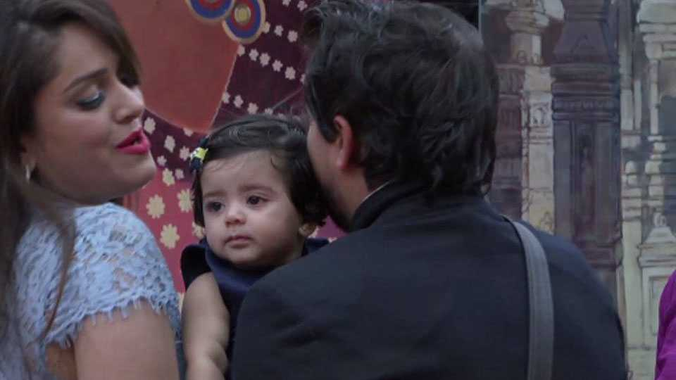 Actor Pushkar jog meet his wife and daughter in big boss house