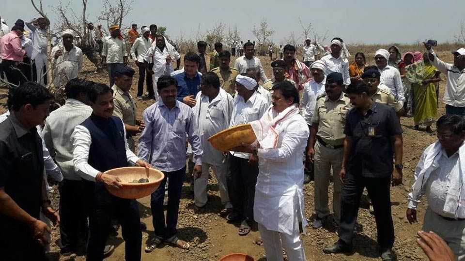 श्रमदान करताना जलसंधारण मंत्री राम शिंदे व पालकमंत्री डाॅ. रणजीत पाटील