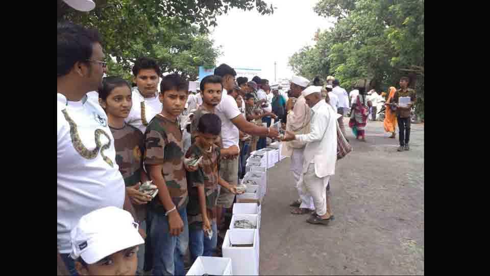 #SaathChal Warkari plantation on the path Palkhi sansar pune