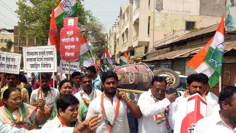 Congress Agitation For Increasing petrol diesel Price in Solapur