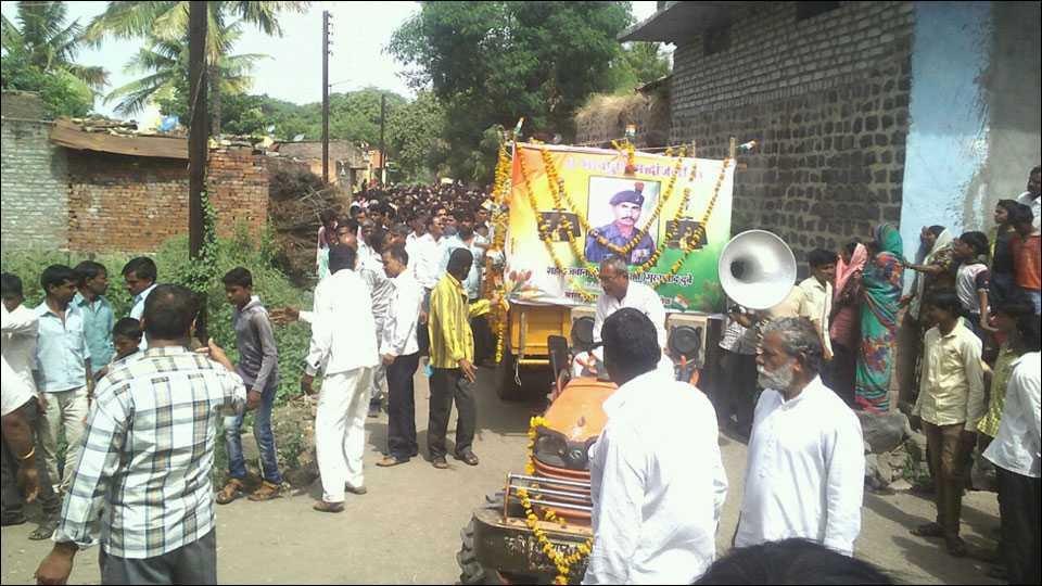 परभणीः साश्रूनयनांनी जवान छोटुलाल डुबे यांच्यावर अंत्यसंस्कार