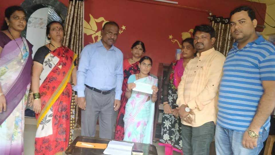 4 lakhs of help to the victim's family