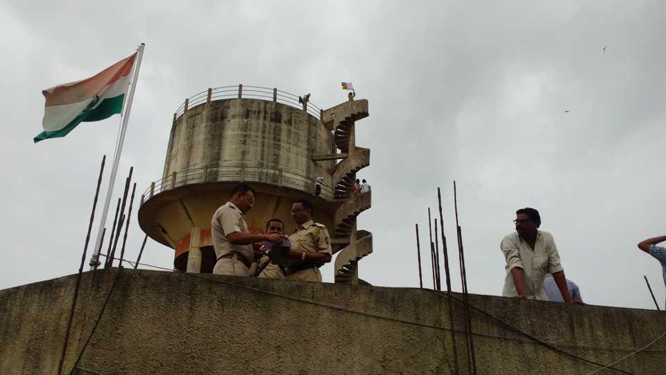 राजुरा ः पाण्याच्या टाकीवर चढलेले प्रकल्पग्रस्त.