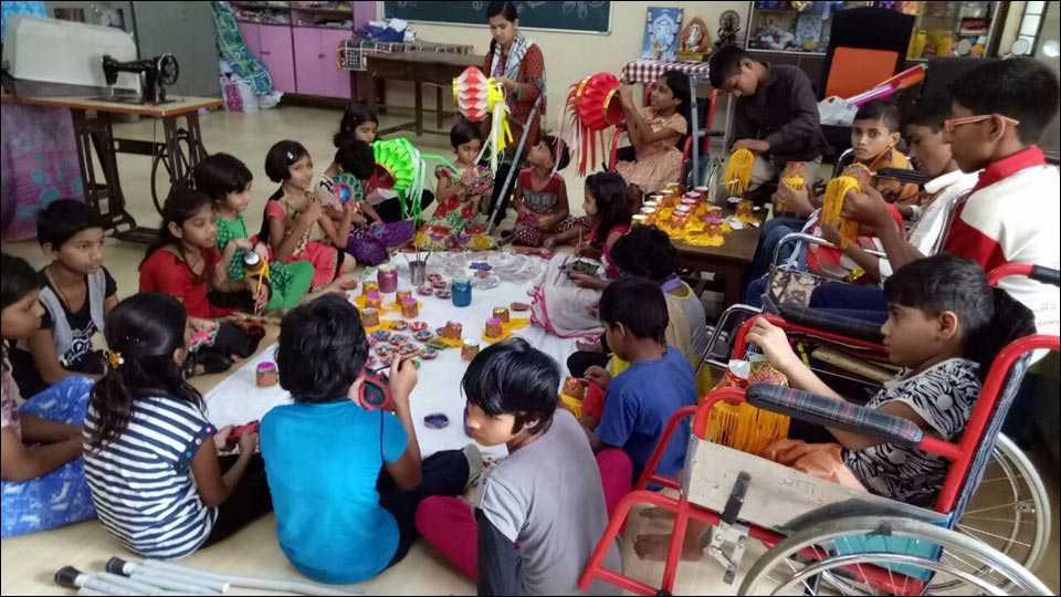 वानवडीः अपंग कल्याणकारी संस्थेतील मुले दीपावली जवळ आल्याने आकर्षक आकाश कंदील, पणत्या आणि दीपावली भेटकार्ड बनविण्यात दंग आहेत.