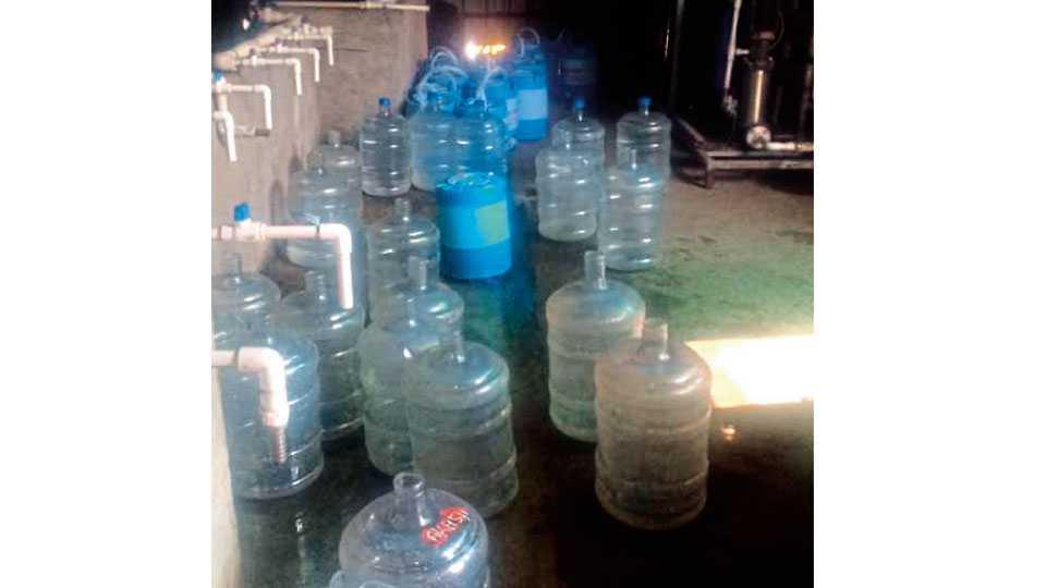 पुणे - कारखान्यात अशा प्रकारे कॅनमध्ये पाणी भरले जाते.