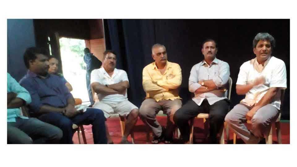 कणकवली -पुलंच्या जन्मशताब्दी कार्यक्रमाची माहिती नितीन कानविंदे यांनी आचरेकर प्रतिष्ठानच्या सभागृहात दिली.