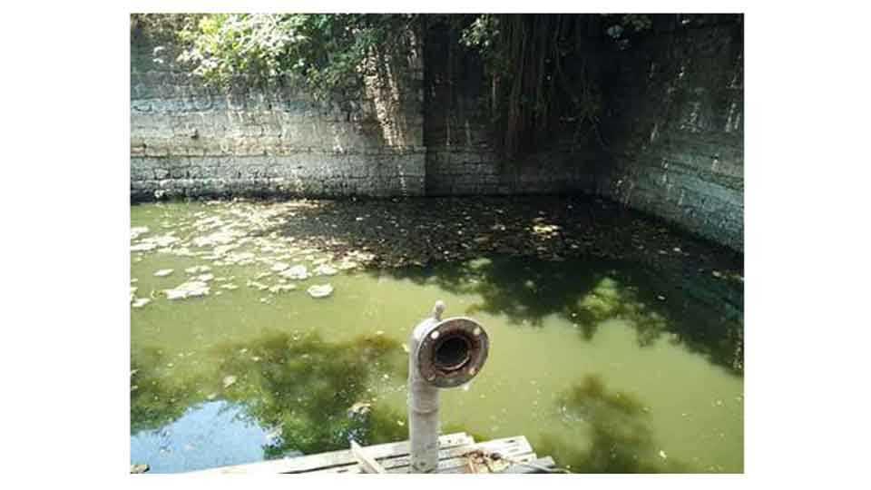 मिरज -पॉंडीचेरीपासून दिल्लीपर्यंत धावणाऱ्या रेल्वेगाड्यांना पाणी पुरवणारी मिरज जंक्शनमधील हैदरखान विहीरीची दुरावस्था.