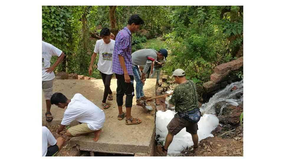 रत्नागिरी -फणशी येथे नदी पुनरुज्जीवन अभियानात रविवारी सकाळी स्वच्छता करताना विद्यार्थी, नागरिक.