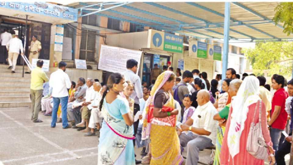 जळगाव - सलग तीन दिवसांच्या सुटीनंतर मंगळवारी जिल्हा क्रीडा संकुलासमोरील स्टेट बॅंक ऑफ इंडियाच्या मुख्य शाखेत नागरिकांची झालेली गर्दी.