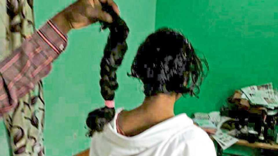 औरंगाबाद - दहावीत शिक्षण घेणाऱ्या मुलीची कापण्यात आलेली वेणी.