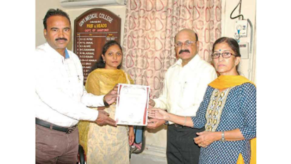 औरंगाबाद - 'घाटी'त उपाधिष्ठाता डॉ. शिवाजी सुक्रे यांच्याकडे देहदान संकल्प पत्र सुपूर्द करताना कर्नल एस. बी. राऊत, एम. एस. राऊत.