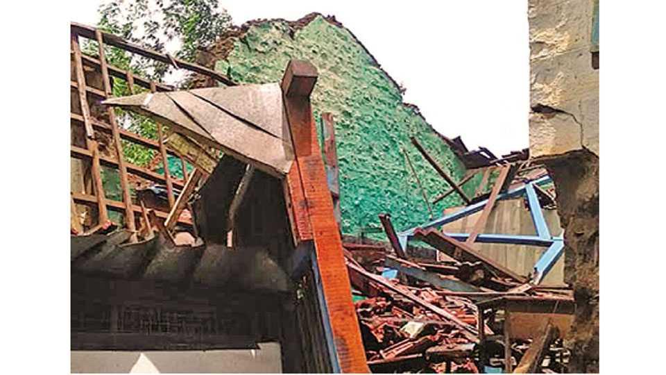हाळोली (ता. आजरा) - मुसळधार पावसाने कोसळलेली प्राथमिक शाळेची इमारत.