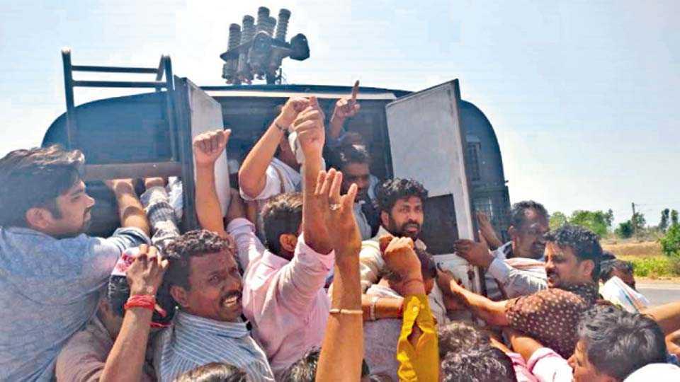 मुंबई - आसूड यात्रेला गुजरातमध्ये प्रवेश करण्यास गुजरात पोलिसांनी गुरुवारी प्रतिबंध केला. आमदार बच्चू कडू, रघुनाथदादा पाटील यांच्यासह कार्यकर्ते व शेतकऱ्यांना गुजरात पोलिसांनी अटक केली.