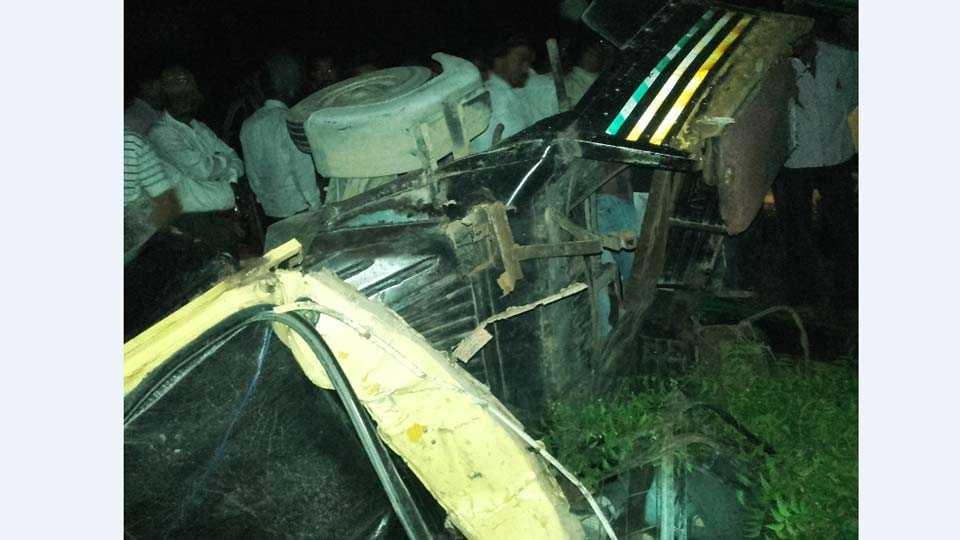 चिमठाणे -दोंडाईचा- सोनगीर रस्त्यावरील शिवारात मंगळवारी झालेल्या अपघातात ऍपे रिक्षा उलटून झालेले नुकसान.