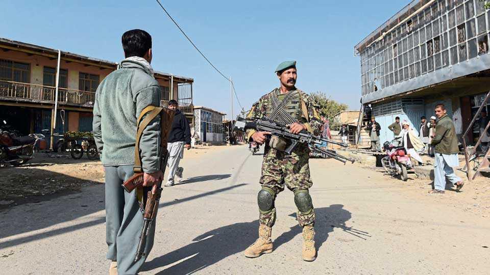 काबूल - अफगणिस्तानमधील अमेरिकेच्या सर्वांत मोठ्या बगराम हवाई दलाच्या तळावर शुक्रवारी सकाळी आत्मघातकी हल्ला झाला. त्यानंतर या परिसरातील सुरक्षा व्यवस्था कडक करण्यात आली. त्या वेळ् गस्त घालताना अफगाणी सैनिक.