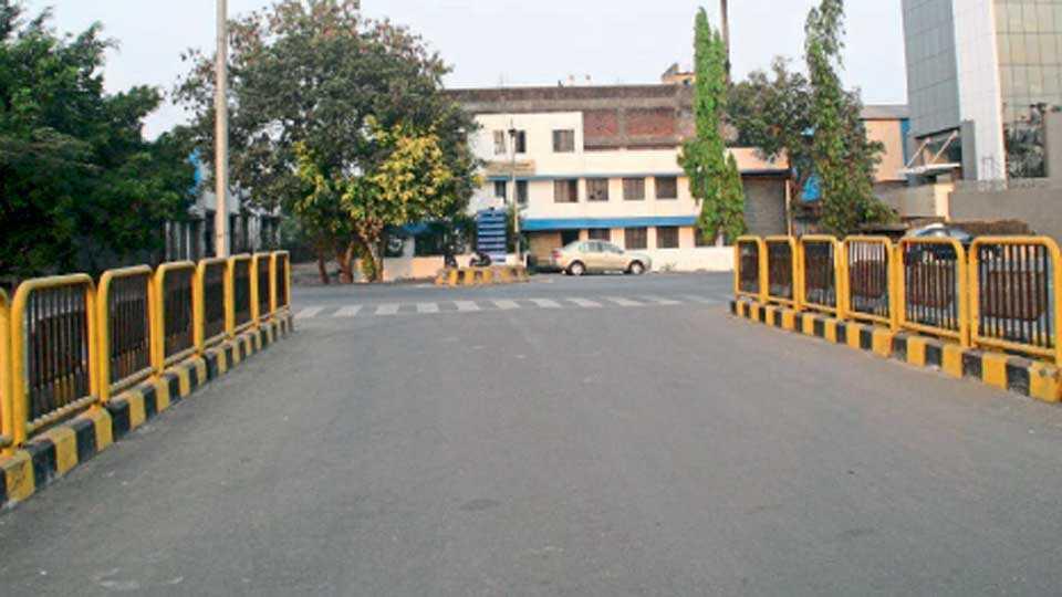पिंपरी - सायन्स पार्क चौक ते आयुक्त बंगल्यापर्यंत रखडलेला बीआरटी मार्ग.