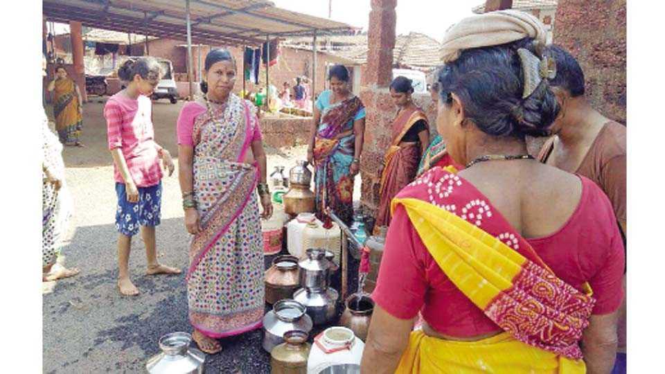 मंडणगड - ग्रामीण भागात नळांना तीन दिवसांनी पाणी येत असल्याने त्याठिकाणी गर्दी दिसू लागली आहे.