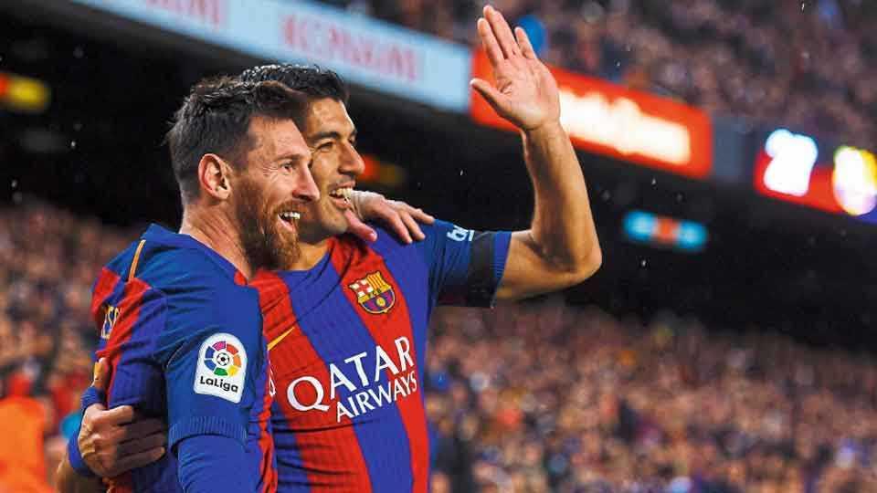 बार्सिलोना - स्पॅनिश लीग फुटबॉल स्पर्धेत सेव्हिला विरुद्धच्या सामन्यात बार्सिलोनाच्या विजयाची शिल्पकार जोडी डावीकडून लिओनेल मेस्सी आणि लुईस सुआरेझ.