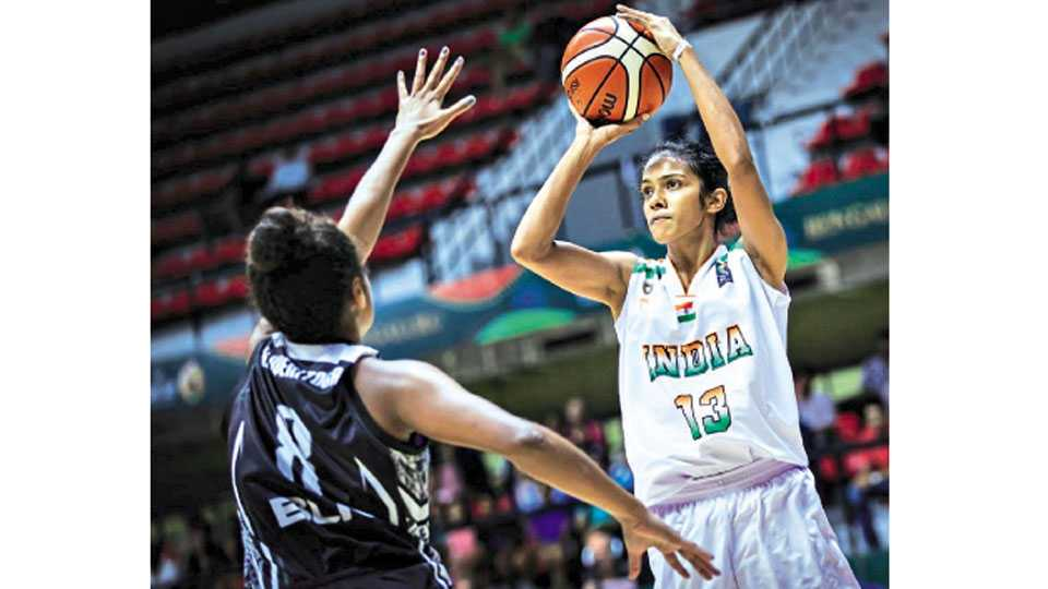 बंगळूर - आशियाई महिला बास्केटबॉल स्पर्धेत भारताच्या जिना स्कारियाला रोखण्याचा प्रयत्न करताना फिजीची बचावपटू.