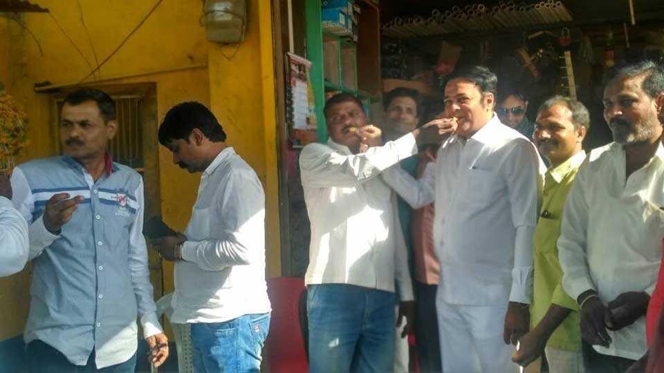 Nijampur Jaitane crowd supporters of Bhujbal