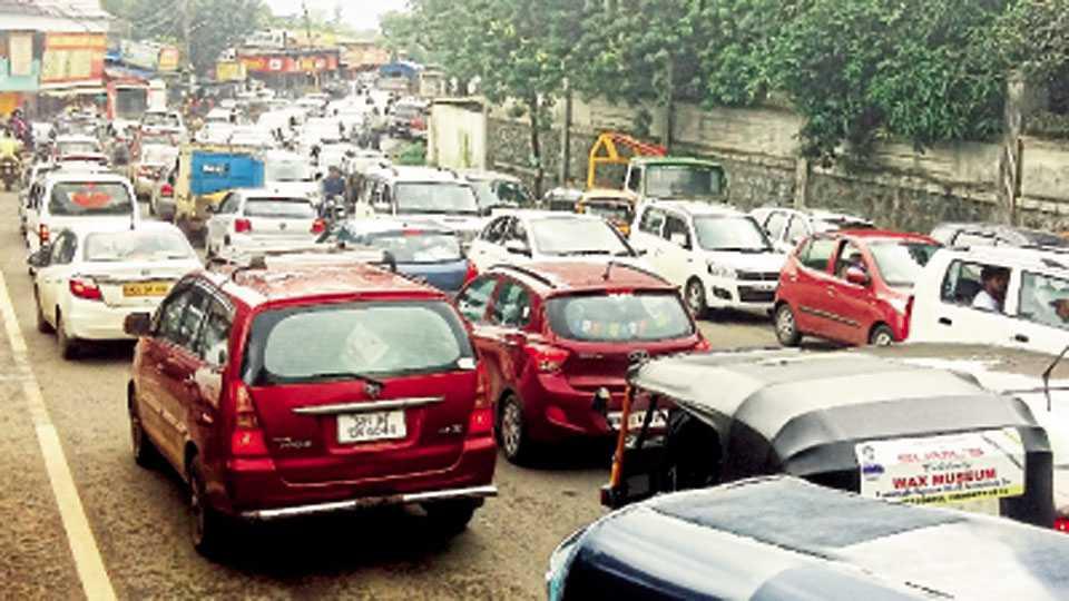लोणावळा - पर्यटकांच्या वाहनांमुळे पुणे-मुंबई महामार्गावर रविवारी झालेली वाहतूक कोंडी.
