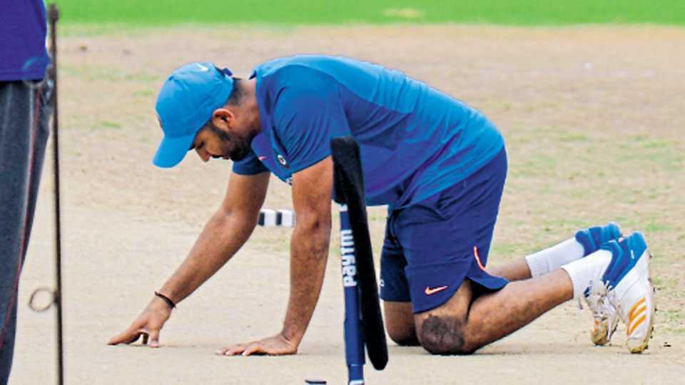 चेन्नई - ऑस्ट्रेलियाविरुद्धच्या पहिल्या एकदिवसीय सामन्यापूर्वी शनिवारी झालेल्या सराव सत्रादरम्यान खेळपट्टीचे निरीक्षण करताना भारताचा रोहित शर्मा.