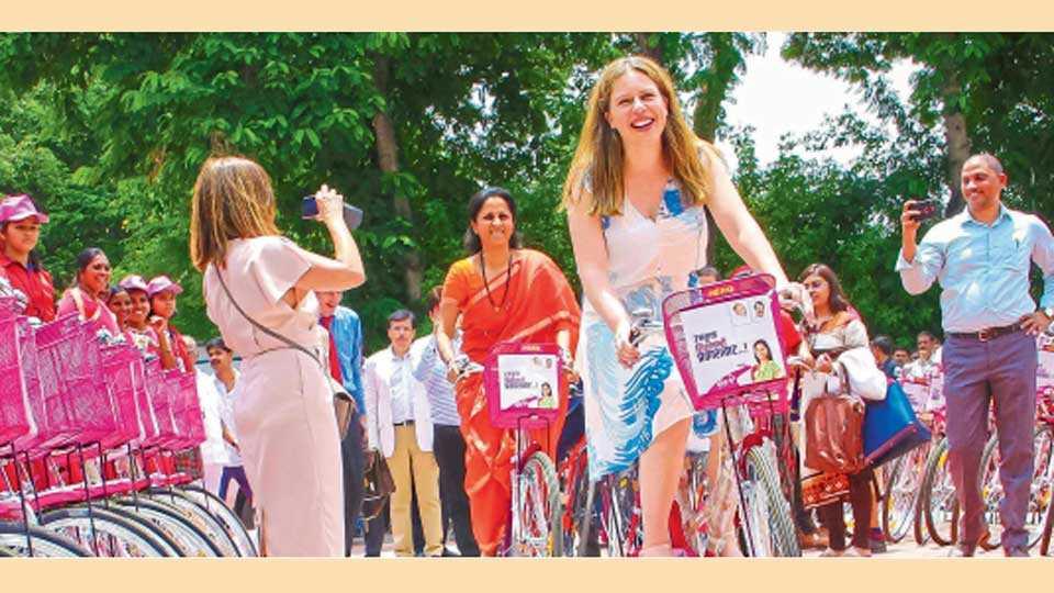 शारदानगर (ता. बारामती) - बारामती मतदारसंघातील आशा स्वयंसेविका व विद्यार्थिनींना शुक्रवारी सायकलींचे वाटप करण्यात आले. या वेळी सायकल चालविण्याचा आनंद लुटताना नेदरलॅंडच्या उपपंतप्रधान कॅरोला स्काऊटेन व खासदार सुप्रिया सुळे.