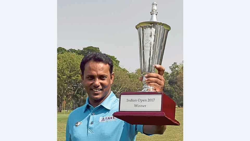 कोलकता - इंडियन ओपन गोल्फ स्पर्धेतील विजेतेपदासह भारताचा एस. एस.पी. चौरासिया.