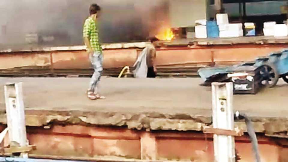 स्फोट आणि धुरामुळे प्रवाशांनी सुरक्षितस्थळी धाव घेतल्याने अचानक फलाट निर्जन झाले.