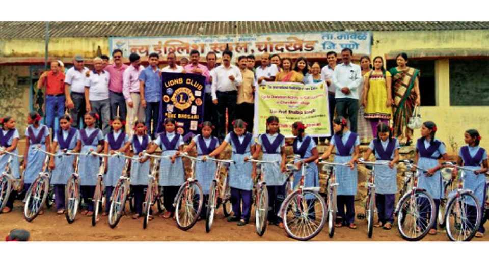 चांदखेड - लायन्स क्लबच्या सहकार्याने मुलींना सायकल वाटप करताना प्रा. शैलजा सांगळे, महेंद्र भजंगी, शैलेश आपटे आदींसह लायन्स क्बलचे पदाधिकारी.
