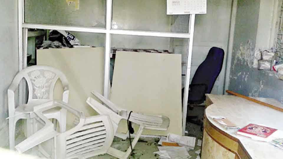 शिरपूर - अग्रवाल हॉस्पिटलमध्ये मंगळवारी प्रसूत महिलेच्या मृत्यूनंतर जमावाने केबिनची केलेली तोडफोड.