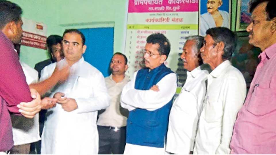 राईनपाडा (ता. साक्री) - ग्रामपंचायत कार्यालयात सोमवारी ग्रामस्थांकडून पाच जणांच्या हत्याकांड प्रकरणी माहिती घेताना गृह राज्यमंत्री दीपक केसरकर, पर्यटनमंत्री जयकुमार रावल. शेजारी आमदार डी. एस. अहिरे, माजी आमदार प्रा. शरद पाटील व ग्रामस्थ.