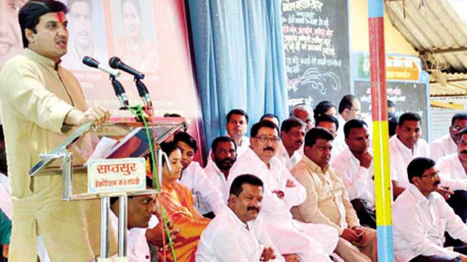 कसबा तारळे (ता. राधानगरी) - येथे सांसद आदर्श ग्राम योजनेच्या कार्यक्रमात बोलताना खासदार धनंजय महाडिक. शेजारी ए. वाय. पाटील, संजयसिंह पाटील, वंदना पाटील, शिवाजीराव पाटील, रवींद्र पाटील, शेखर पाटील, दिलीप कांबळे आदी.