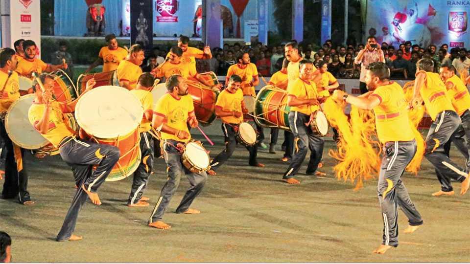 महालक्ष्मी लॉन्स (कर्वेनगर) -ग्रामीण ढंगाचे वादन सादर करणारे हनुमान मित्रमंडळाचे पथक.