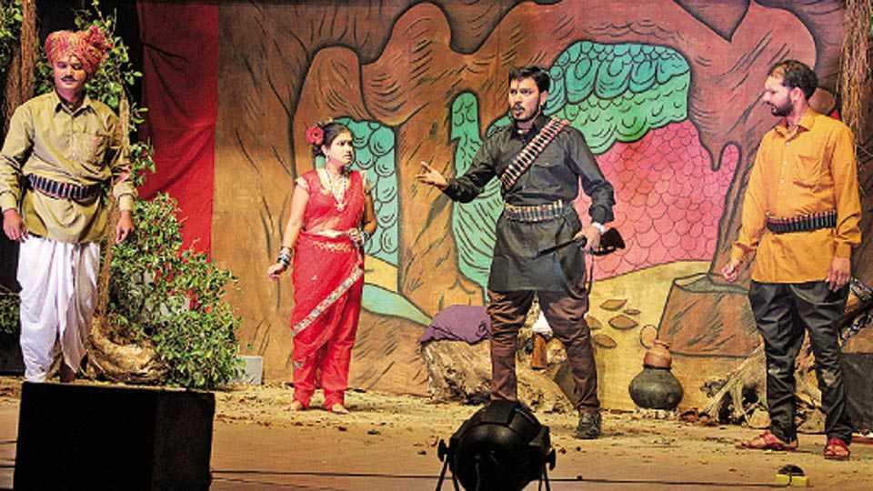 'अंगार, अर्थात डोंगरचा राजा' नाटकातील एक प्रसंग.